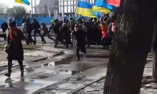 Толпа, бегущая от взрыва // Кадр YouTube