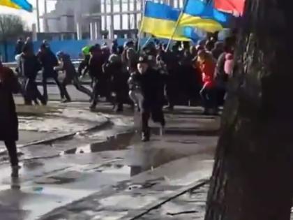 Толпа, бегущая от взрыва, во время шествия 22 февраля // Кадр YouTube