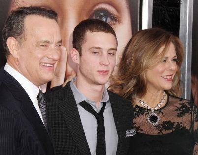 Честер Хэнкс (в центре) с родителями // Global Look Press