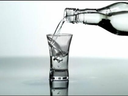 Болезненное влечение к алкоголю может случиться у людей разного возраста // Стоп-кадр YouTube