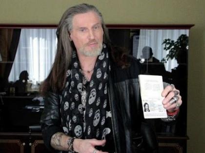 Никита Джигурда с паспортом ДНР // Стоп-кадр YouTube