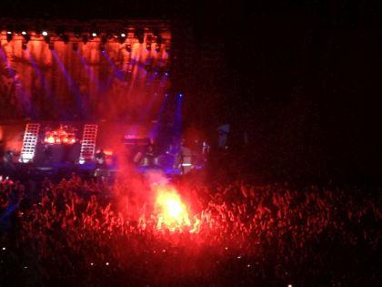 Фанаты решили помочь сделать шоу еще более «зажигательным» // Елена Мильчановска / Sobesednik.ru
