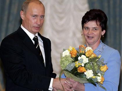 Владимир Путин и Нина Брусникова // пресс-служба президента РФ