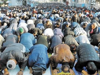 Тысячи людей синхронно преклоняют головы // Андрей Струнин / «Собеседник»