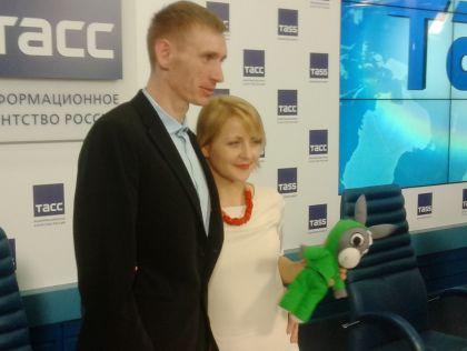 Евгения Чудновец с мужем Андреем Мясниковым и одним из главных «спонсоров» ее правозащитного центра – мягкой игрушкой, которые экс-воспитательница будет шить на заказ // автора
