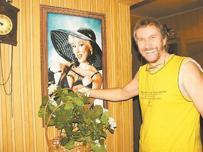 Владимир Ермаков с портретом бывшей супруги // Вера Антонова