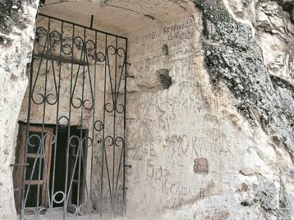 Оставлять «автографы» на здешних стенах стали еще в XIX веке // Ирина Проровская