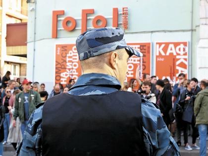 Пока режиссера держали на допросе, возле «Гоголь-центра» собрался народ // Андрей Струнин / «Собеседник»