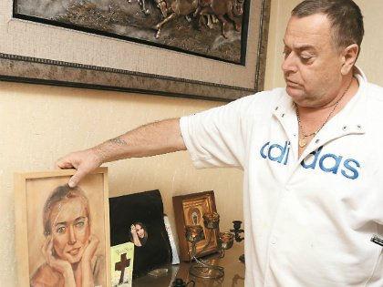 Владимир Фриске с портретом дочери // Андрей Струнин / «Собеседник»