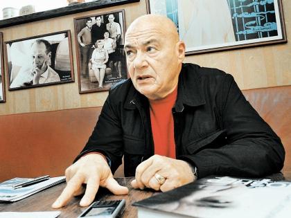 Владимир Познер уверен, что телевидение будет развиваться, если туда вернется настоящая журналистика // Андрей Струнин / «Собеседник»