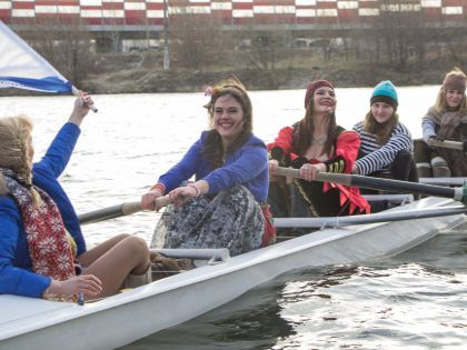 Рулевая Яна и четверо пираток в лодке распашной (в том числе и Светлана Хрусталева, в красно-черном платье). Хоть и руки на морозе пристывали к веслам, зато было весело // Варвара Болденкова