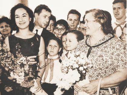 Слева направо: супруга лидера Венгрии Мария Кадар, Лолита Торрес, Олег Анофриев. Справа на переднем плане Нина Хрущева // из личного архива Олега Ануфриева