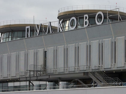После приземления самолёта в Пулково пассажир закрылся в туалете //  Russian Look