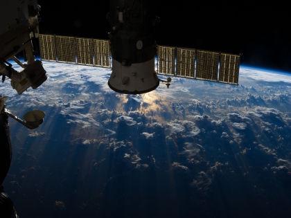Копия Знамени Победы доставлена на МКС 27 марта на корабле «Союз ТМА-16М» // Global Look Press