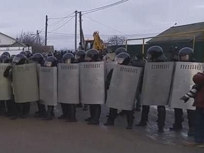 ОМОН в посёлке Плеханово  // Кадр YouTube