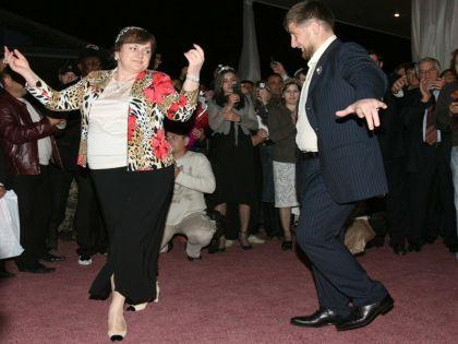 Рамзан Кадыров нередко танцует на публичных торжествах. Съемка 2006 года // Russian Look
