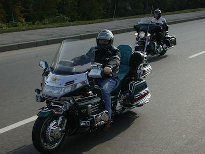 Мотоциклисты выхватили сумку у мужчины, который шёл по улице //  Андрей Каменев / Russian Look