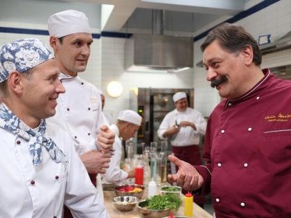 Дмитрия Назарова (на фото – справа) в «Отеле» не будет // kinopoisk.ru