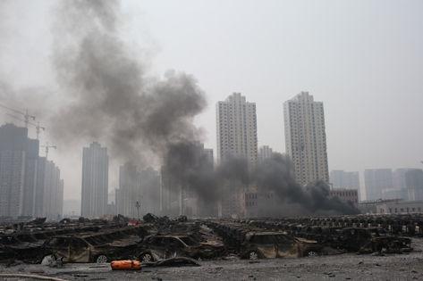Новый взрыв в Тяньцзине был небольшим, однако с места ЧП пришлось эвакуировать команду ликвидаторов // Global Look Press