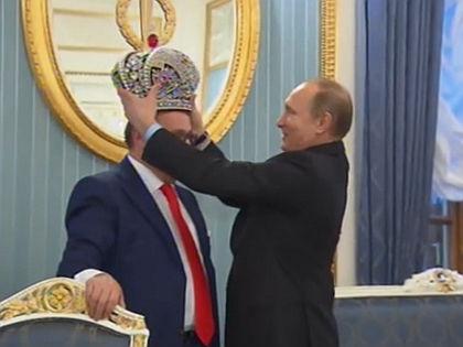 Корона, которую Хазанов приготовил для Владимира Путина // Кадр РЕН-ТВ