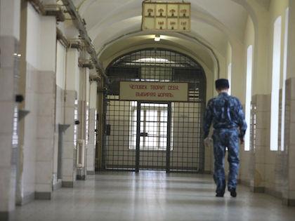 Задержанную женщину поместили в камеру, а через некоторое время нашли мёртвой //  Russian Look