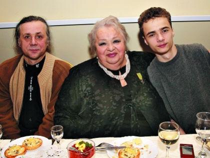Наталья Крачковская с сыном Василием (слева) и внуком Владимиром (справа) // Наталья Логинова