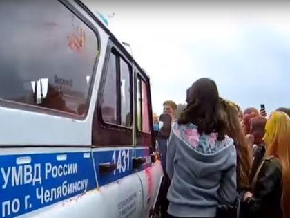 Челябинские полицейские на празднике красок // Стоп-кадр YouTube