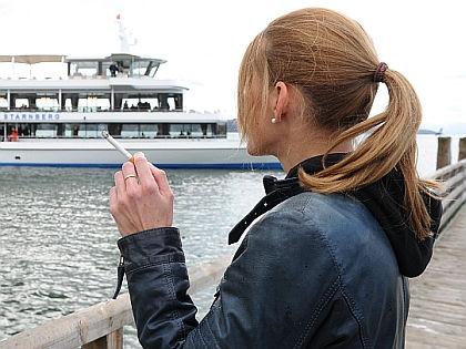 Женщина курит // Global Look