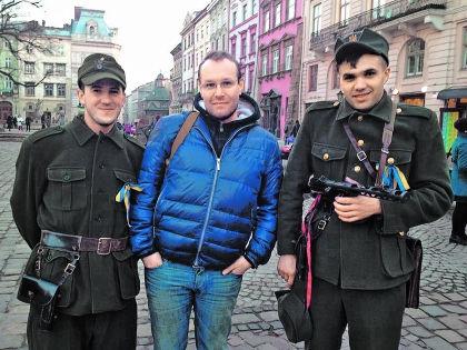 Евгений (в центре) в родном Львове проездом из Москвы. Украинцам сопереживает, но понять пытается всех // из личного архива Евгения Лесного