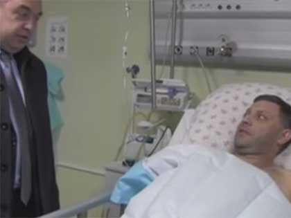 Ранее в больнице Александра Захарченко вместе с репортёрами навестил глава ЛНР Игорь Плотницкий // Кадр Youtube