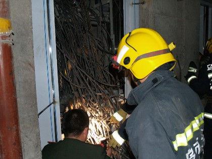 Причиной падения лифта мог стать оборвавшийся трос // Zheng Jie / ZUMAPRESS.com