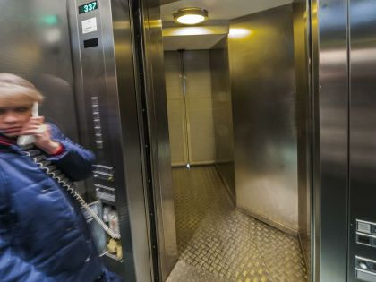 Как себя вести в застрявшем лифте? // Konstantin Kokoshkin / Russian Look