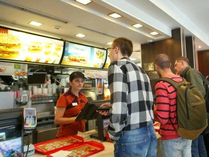 """Посетители возле кассы в """"Макдоналдсе"""" // Global Look"""