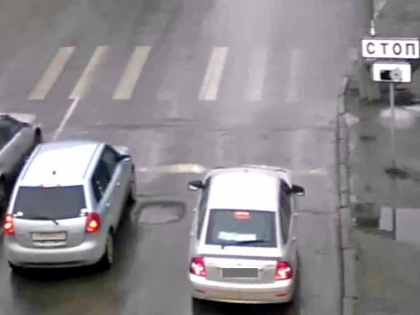 Камера приняла правую полосу дороги за обочину и за это решила наказать водителя... Можно ли обжаловать такой штраф? // Стоп-кадр YouTube