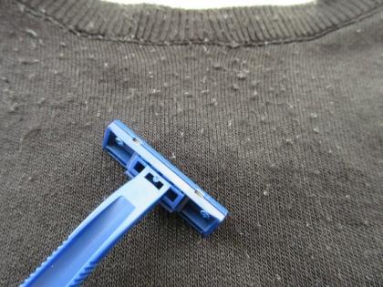 Срезать катышки ножницами долго, но безопасно, лезвием быстрее, однако можно повредить одежду и пораниться самому // Стоп-кадр YouTube