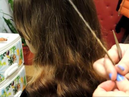 Секущиеся волосы – это проблема, с которой сталкиваются многие женщины // Стоп-кадр YouTube