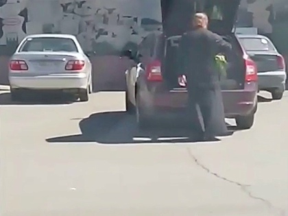 Из подъехавшей к торговому центру машины вышел священник, открыл багажник, достал оттуда... ребенка // Стоп-кадр YouTube