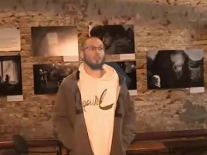 Речь о той самой фотовыставке в Сахаровском центре, которую разгромили, облили краской и так далее // Стоп-кадр YouTube