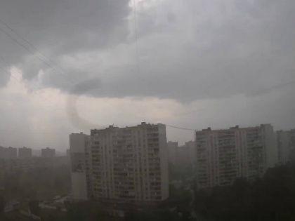 Ливень, пришедший в столицу в понедельник, связан с выходом очень сильного циклона // Стоп-кадр YouTube