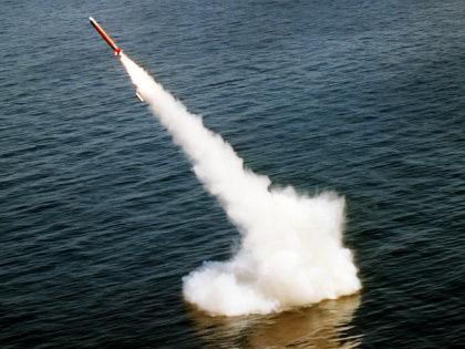 После залпа баллистических ракет «Булава» из акватории Белого моря одна из двух ракет самоликвидировалась // Стоп-кадр YouTube