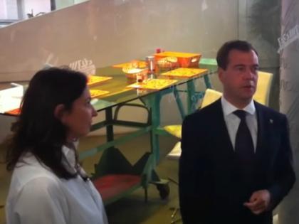 Расположение Медведева (на фото с Н. Синдеевой) и Порошенко не уберегло канал от проблем ни в России, ни в Украине // Стоп-кадр YouTube