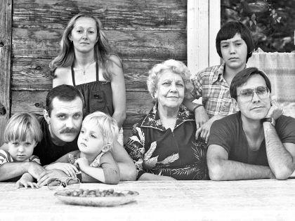 Слева направо: Аня, Никита, Татьяна, Артем Михалковы, Наталья Петровна, Егор, Андрей Кончаловские //  семейный архив