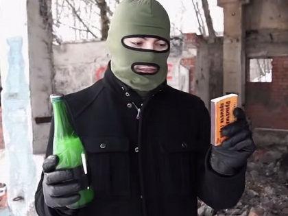 Неизвестный бросил в окно здания администрации Ишеевки «коктейль Молотова» // Кадр: YouTube