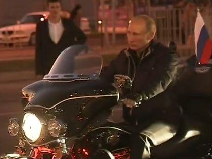 "Владимир Путин на мотопробеге клуба ""Ночные волки"" // Стоп-кадр YouTube"