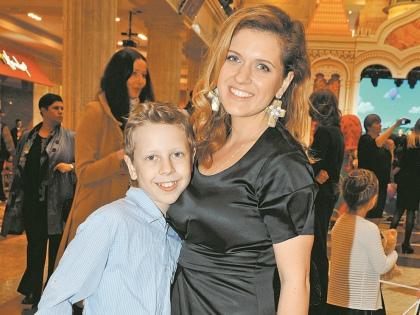 Анастасия Денисова с сыном // Global Look Press
