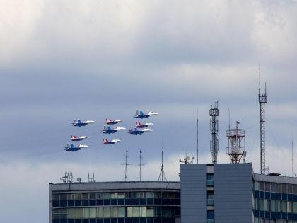9 мая в Москве в воздушной части парада Победы будут задействованы 143 самолета и вертолета // Russian Look
