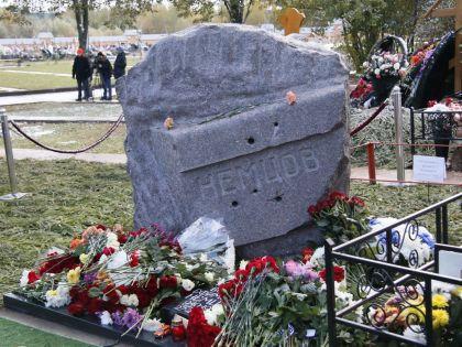 Памятник Борису Немцову открыли 9 октября на Троекуровском кладбище в Москве // Александр Алешкин / «Собеседник»