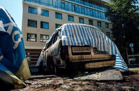 Сгоревшая машина ОБСЕ в Донецке // Global Look Press