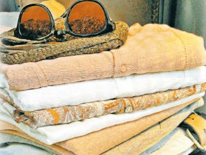 Среди всего летнего ассортимента тканей лучшим вариантом врачи считают вовсе не невесомый шелк, а лен – довольно плотный от природы материал // Shutterstock