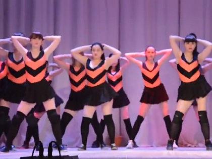 Кадр из видео со скандальным танцем оренбургских школьниц // кадр Youtube.com